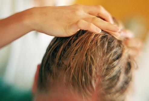 Boutons du cuir chevelu : comment s'en débarrasser ?