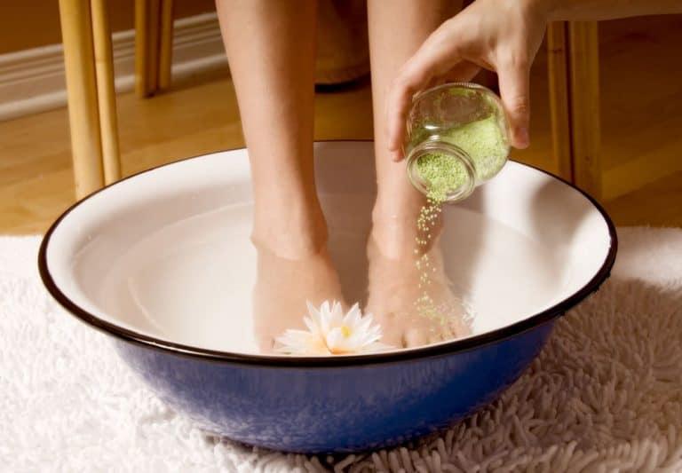 Bain de pieds: soignez vos pieds et soulagez votre corps