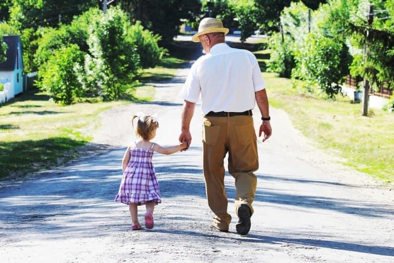 Garder ses petits-enfants fait vivre plus longtemps d'après une nouvelle étude